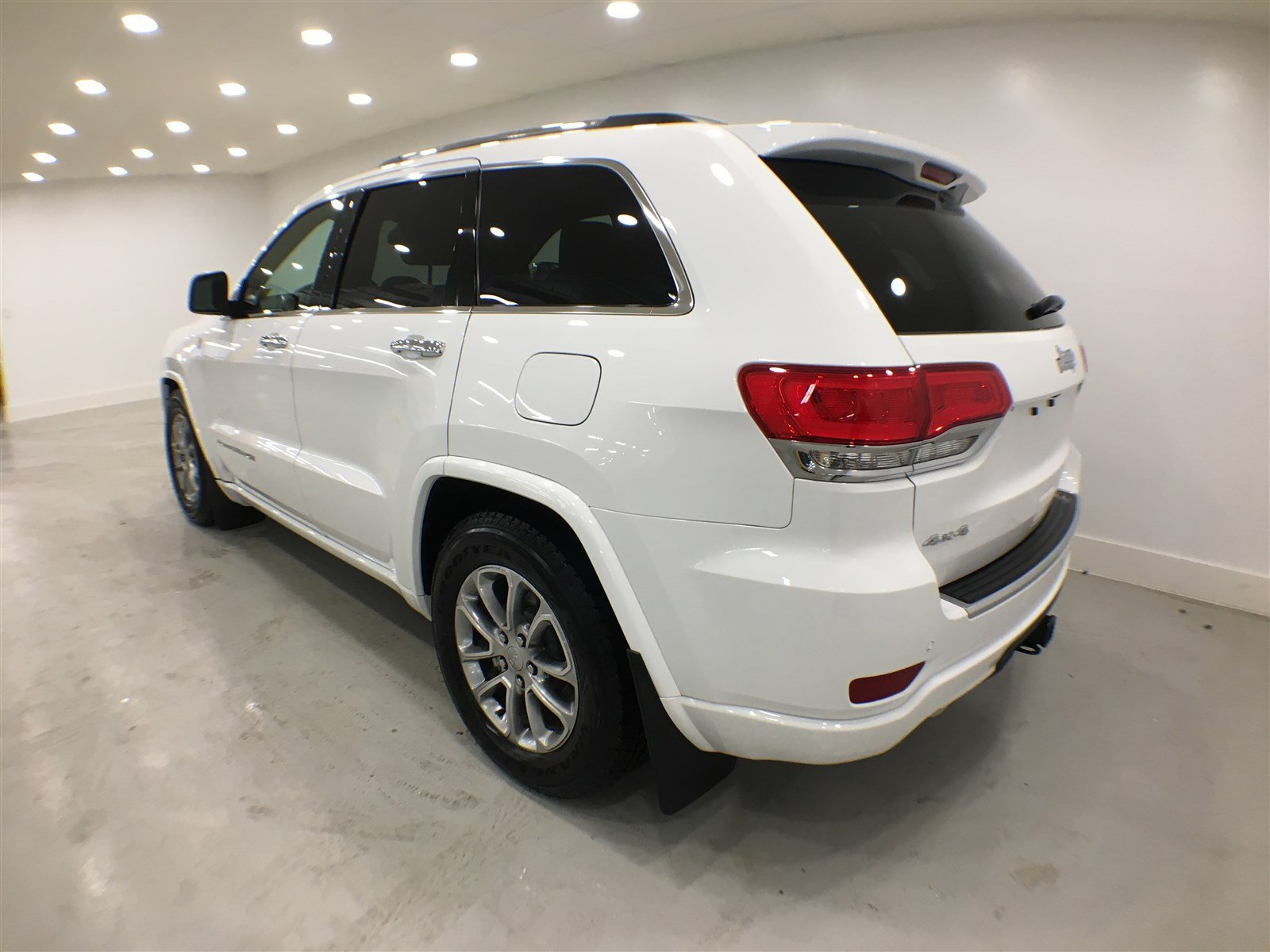 new 2016 jeep grand cherokee overland sunroof navigation sport utility near moose jaw 16jgc39. Black Bedroom Furniture Sets. Home Design Ideas